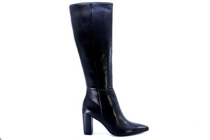 Δερμάτινες μαύρες μπότες με τακούνι